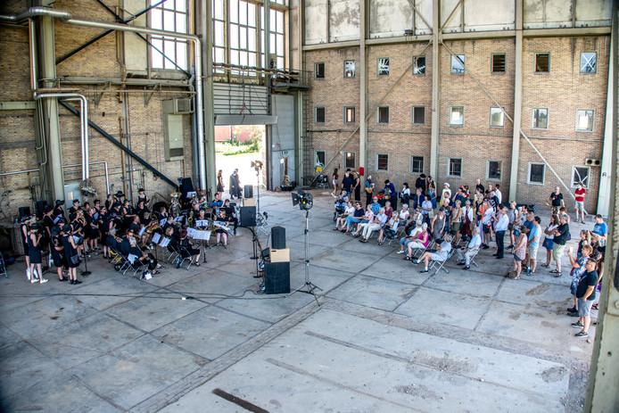 Uitverkochte voorstellingen van het KamerOperahuis rondom en in de oude IJsselcentrale. Het begon met een herdenkingsmars over de dijk naar de nog bestaande gebouwen op het Engie terrein.