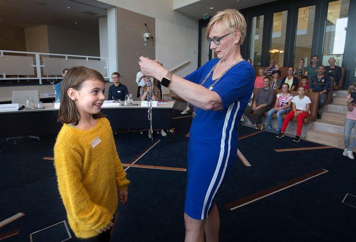 Burgemeester Marianne Besselink van Bronckhorst hangt jeugdburgemeester Evi Otten haar ambtsketting om.