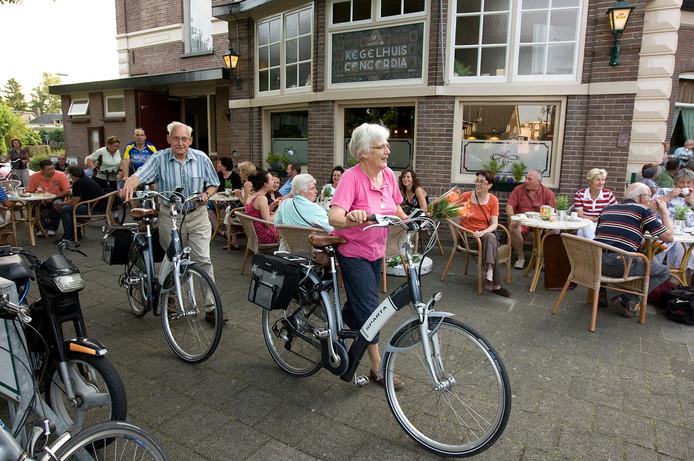 De slotavond van de fietsvierdaagse. Fietsers komen aan bij Concordia Brummen.