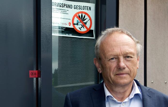 Burgemeester Jan Boelhouwer bij een pand in Rijen dat werd gesloten wegens drugshandel. Per 1 april stopt hij in Gilze en Rijen. Inwoners van de gemeente kunnen meedenken over het profiel van zijn opvolger.