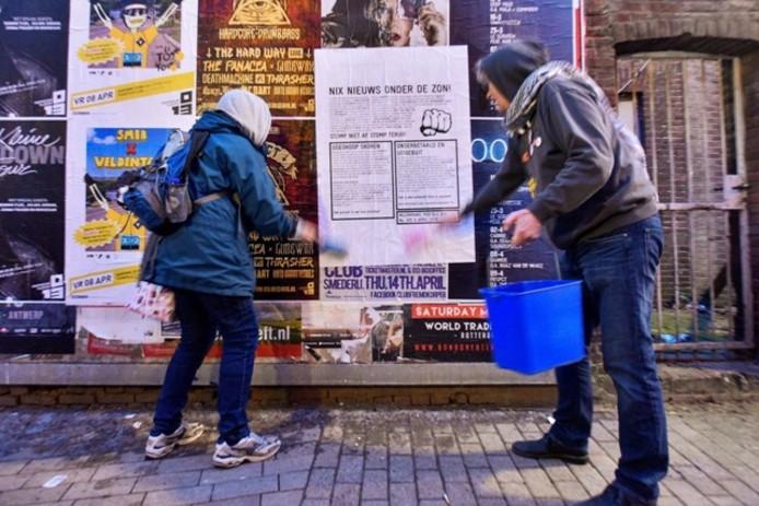 De muurkrant wordt bij het Poppodium geplakt. Foto Jeroen de Jong/BeeldWerkt