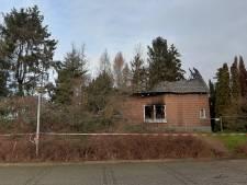 Politiehonden zoeken naar stoffelijk overschot in uitgebrande woning in Doetinchem