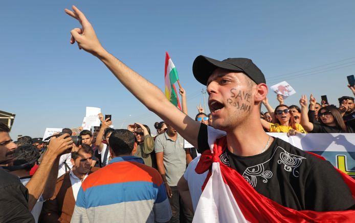 Een Koerd in Arbil in Irak protesteert tegen de Turkse inval in het noorden van Syrië.