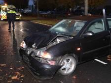 Automobilist botst tegen boom aan Cartografenweg in Waalwijk