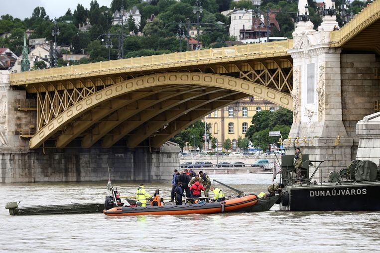 Politie en duikers op de plek waar de twee boten op de Donau in Boedapest botsten.