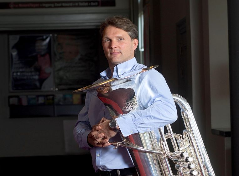 Tuba-speler Perry Hoogendijk in de gangen van het concertgebouw  Beeld Maartje Geels