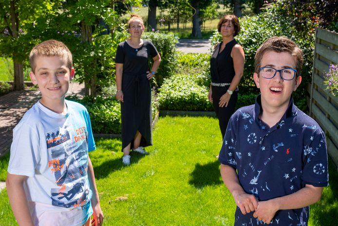 Van links af Emma Schurink met zoon Bas en Diana Beekman met zoon Nils.