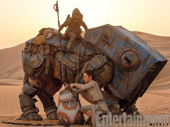 Actrice Daisy Ridley als Rey met de kleine droid BB-8.