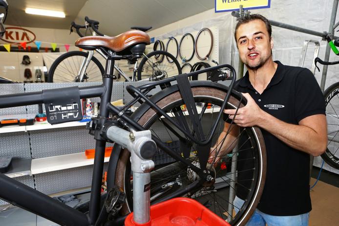 Martijn Dekker aan het werk in het snel ingerichte nieuwe pand van Fietswereld Dekker. Garagehouder Van Muijlwijk gebruikte het pand niet en biedt de ondernemer er nu onderdak.