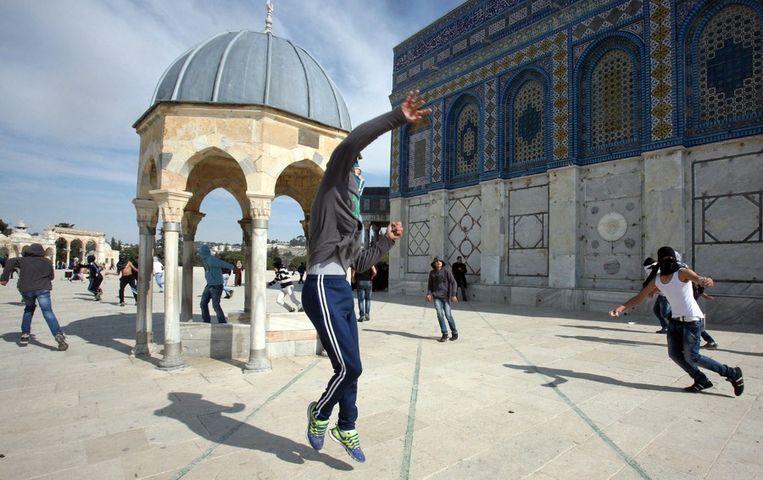De Israëlische speculatie over het claimen van de Tempelberg leidde de afgelopen weken meermaals tot rellen. Op bovenstaande foto gooien Palestijnse jongeren stenen naar de Israëlische politie. Beeld epa