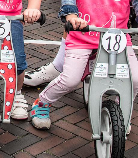 Kindjes racen tegen elkaar op loopfiets tijdens Ronde van Lexmond