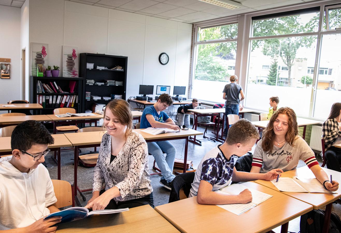Docent Susanne Schot ziet nu twaalf eersteklassers in de vmbo basis/kader klas, maar volgend jaar krijgt ze deze leerlingen, plús zeven anderen, in de tweede klas.