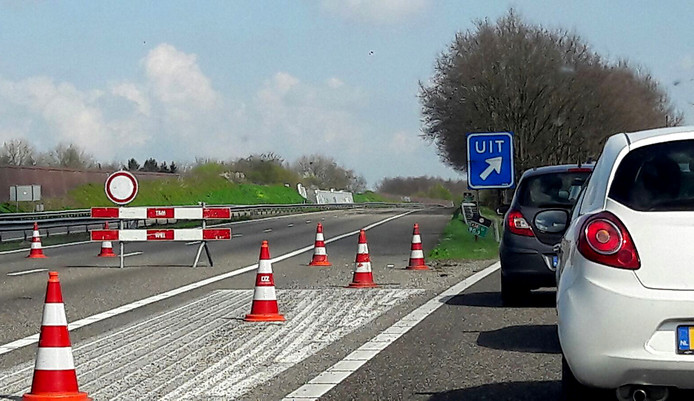 File op de A58 richting Breda door afsluiting voor verplaatsing Philips schoorsteen. Foto Florence Imandt