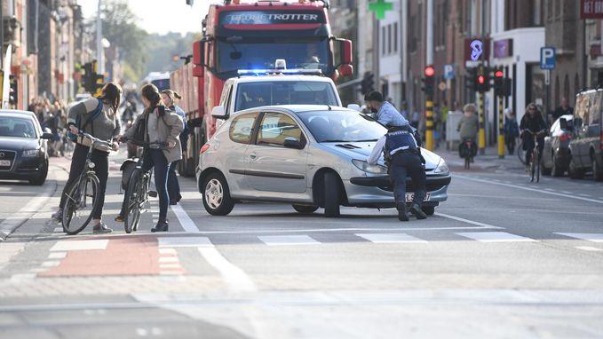 Wagen in panne aan overweg: politie steekt handen uit de mouwen