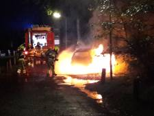 Auto totaal uitgebrand op terrein Werkenrode in Groesbeek
