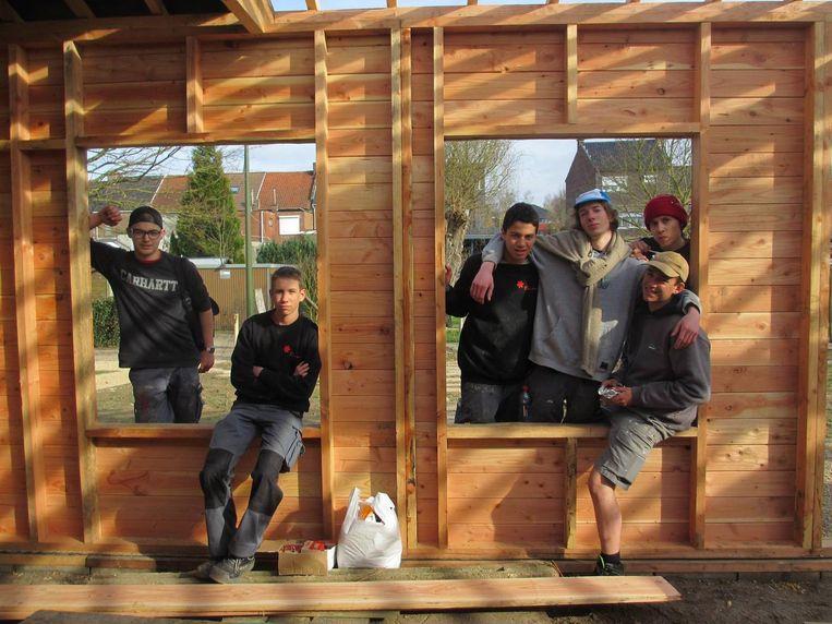 De leerlingen van het Piso leggen de laatste hand aan hun zelfontworpen houten tuinhuis.