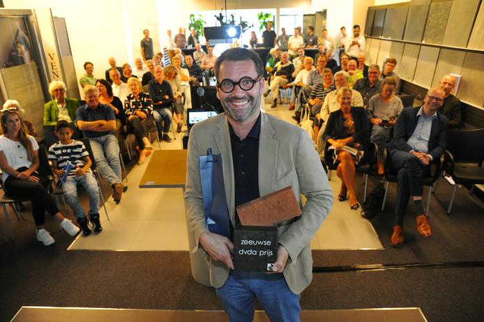 Frederik Jacobs van CONIX RBDM Architects, het bureau dat het HZ-gebouw in Middelburg transformeerde, nam de prijs voor 'het mooiste gebouw van Zeeland' in ontvangst. Project-architect Erwin Lindhout was verhinderd.