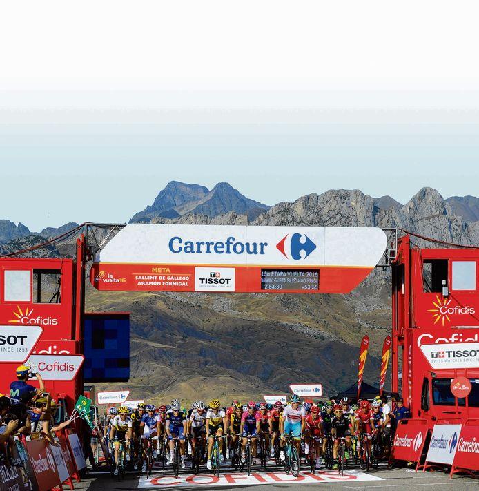 Aankomst van een grote groep renners op de Aramón Formigal  in de Vuelta van 2016.