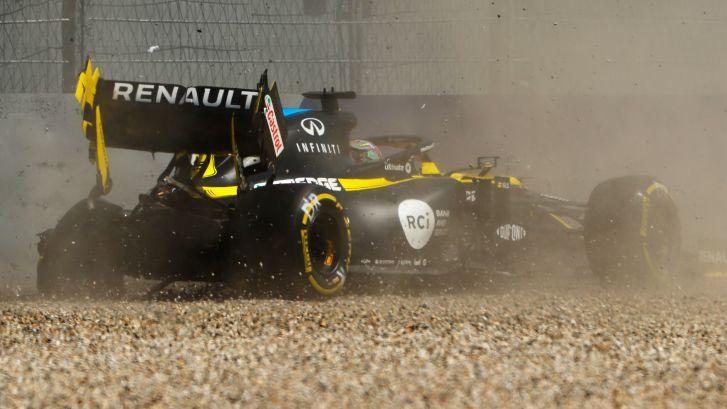 Ricciardo hard de bandenstapel in tijdens middagtraining
