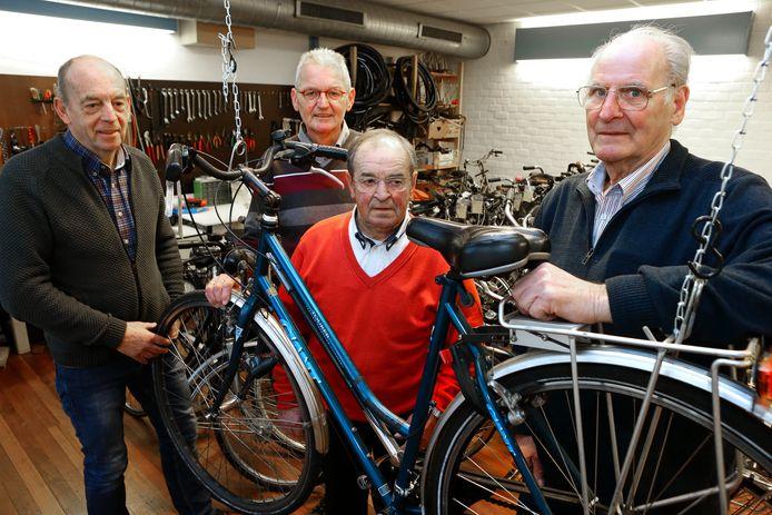 De vier vrijwilligers van de KDC Fietsenbank v.l.n.r. Ton Visschers, Henk Hamers, Ad van de Wouw en coördinator Leo Rutjens.