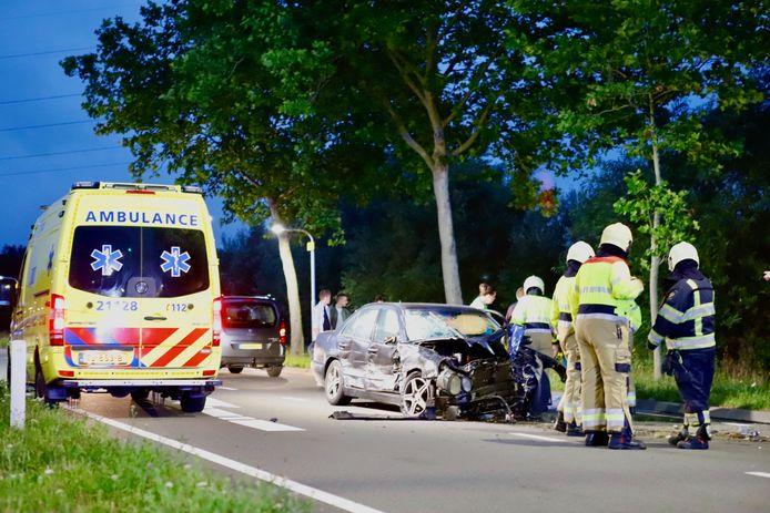 Een ravage op de Sint Anthonisweg in Boxmeer na de zware aanrijding.