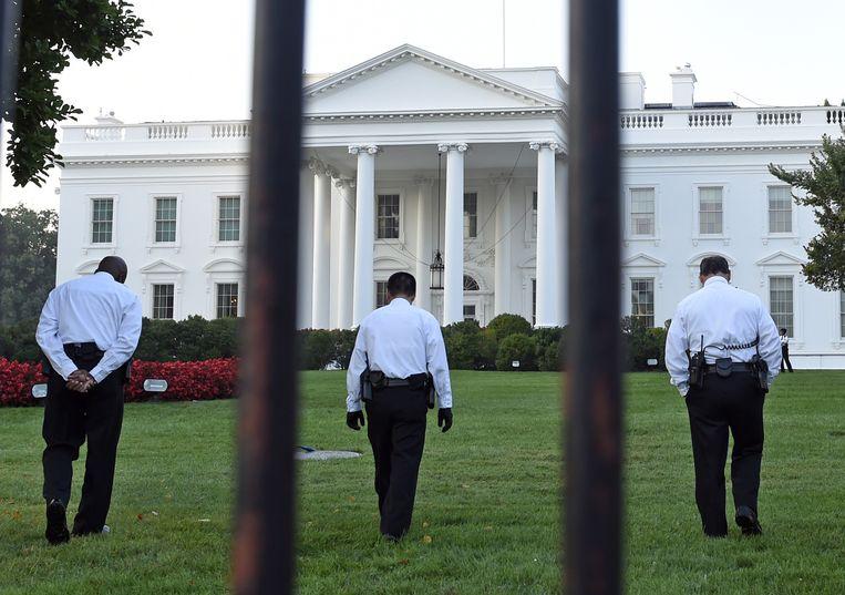 Beveiligers speuren het terrein rond het Witte Huis af Beeld null
