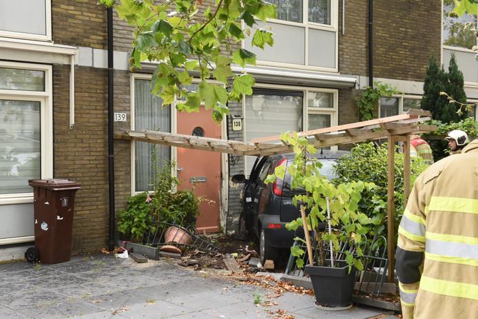 Woensdagmiddag is een automobilist een tuin ingereden op de Neckardreef in de Utrechtse wijk Overvecht.