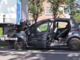 Automobilist klem onder vrachtwagen in Nagele