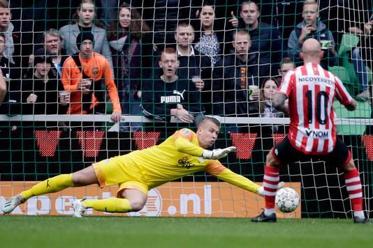 FC Groningen-doelman Padt stopt de strafschop van Smeets.