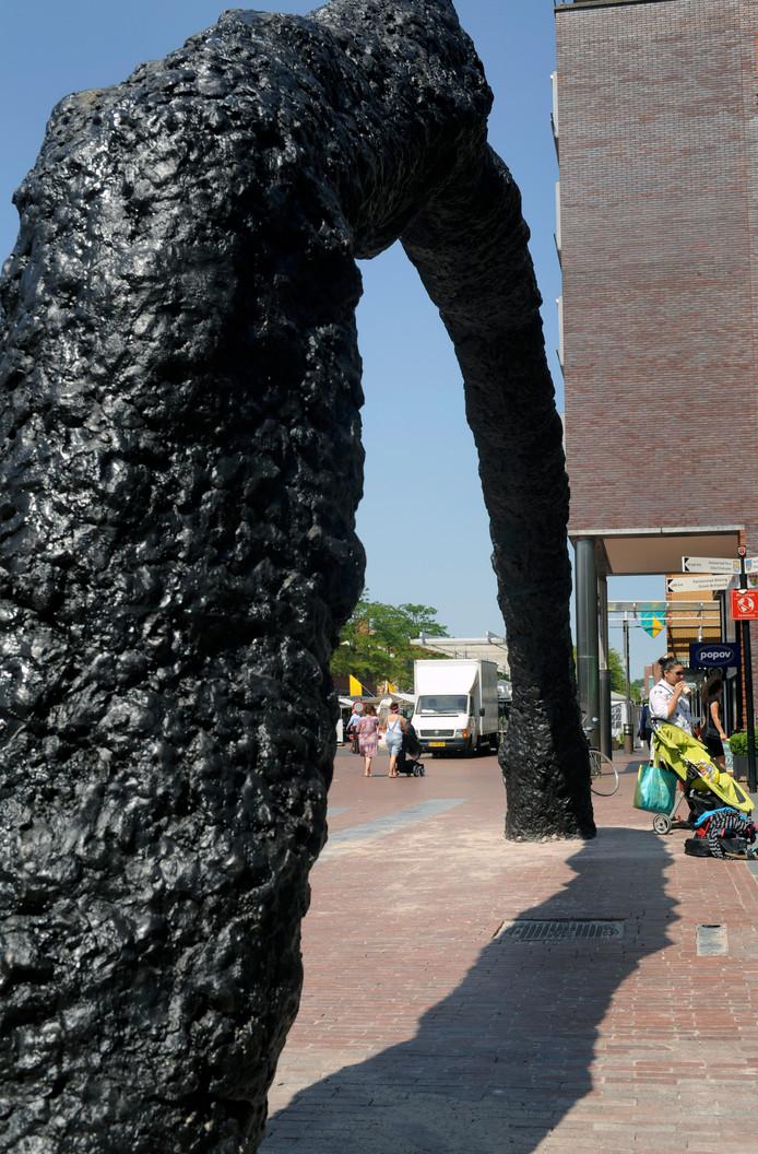 Der Bogen van Armando staat sinds 2015 op het Stadsplein