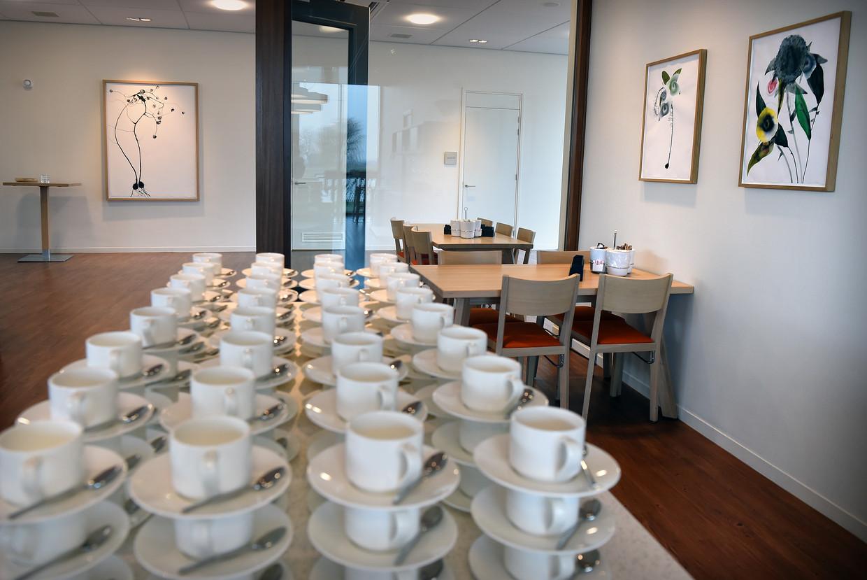 Koffiekopjes staan klaar bij TielDela-crematorium en uitvaartcentrum De Lingeruimte eind januari. Sinds maandag wordt er geen koffie of thee geschonken om besmettingen met het coronavirus te voorkomen.  Beeld Marcel van den Bergh