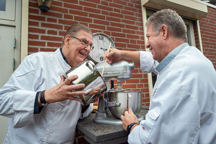 Jan Mucharowski (links) en Ruud Bosgraaf koken al 25 jaar met een groepje mannen in de