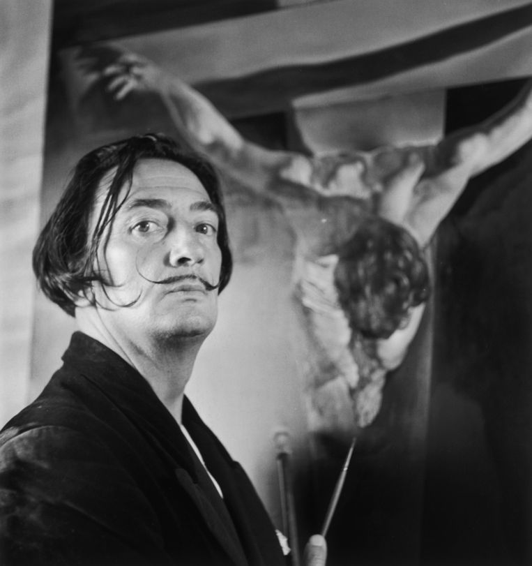 Salvador Dali bij zijn schilderij 'Christ of St John On The Cross' in 1951. Beeld getty
