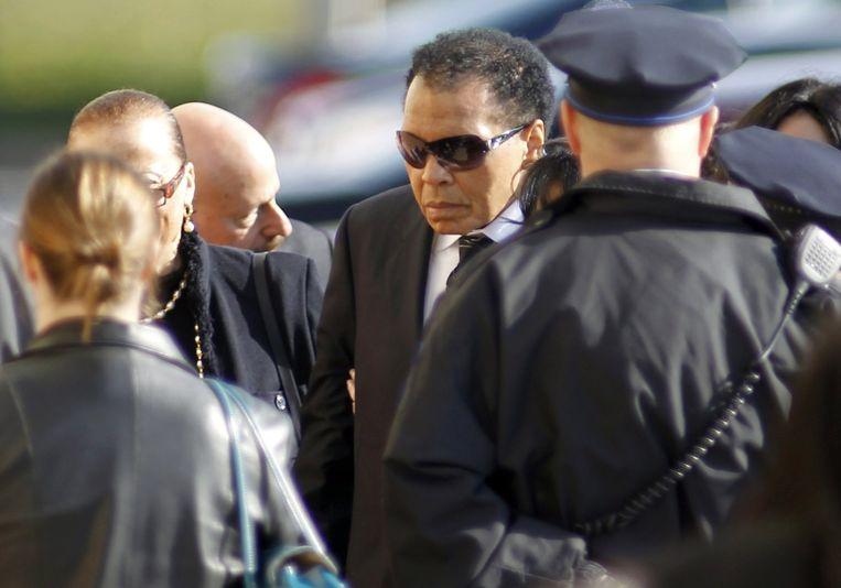 Muhammad Ali bij de begrafenis van Joe Frazier. Beeld reuters