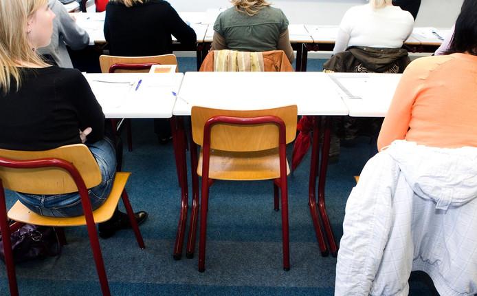 """Foto ter illustratie. Het aantal spijbelmeldingen op de Deventer basisscholen verdubbelde in het afgelopen jaar. Toch betekent dat niet dat er meer gespijbeld wordt, zeggen gemeente en een schooldirecteur. Het schoolverzuim is nu vooral beter in beeld. ,,Ik zie dit als een positieve ontwikkeling."""""""
