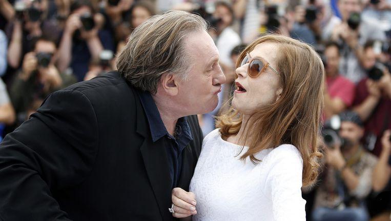 De Franse acteur Gerard Depardieu (L) probeert de Franse actrice Isabelle Huppert (R) te kussen. Beeld epa