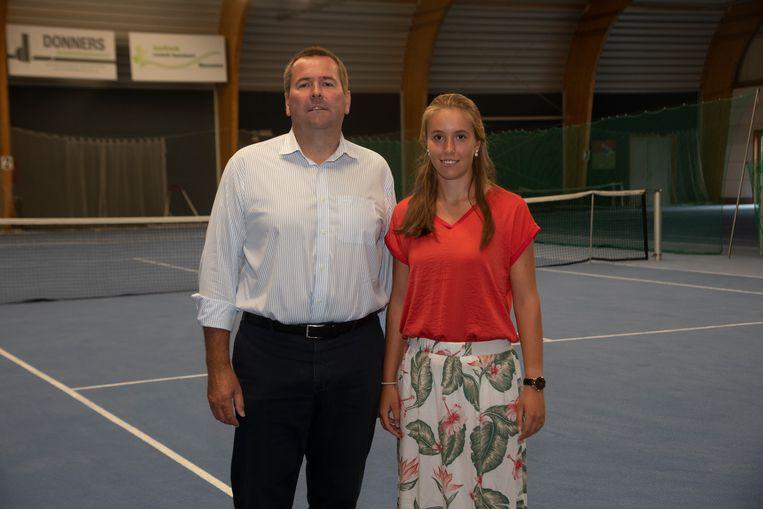 Jean Audenaert en dochter Eline op de nieuwe tennisbanen in Wetteren.