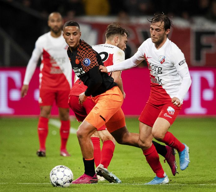 Mohammed Ihattaren in duel met Joris van Overeem.