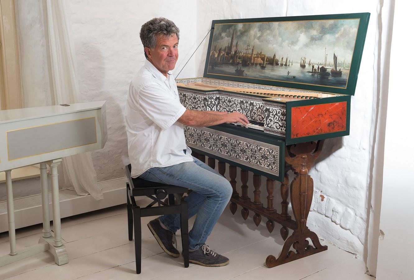 Siebe Henstra met een van zijn muziekinstrumenten.