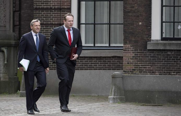 Sybrand Buma (L) en Pieter Heerma (CDA) arriveren op het Binnenhof voor gesprekken over de formatie.