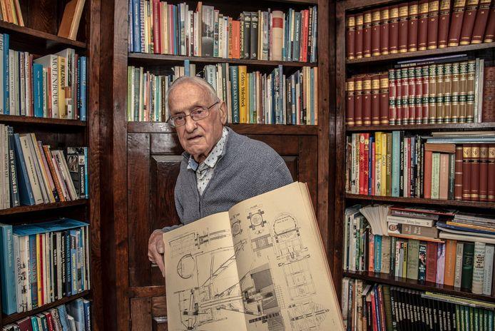 Hans Heijs uit Boxmeer is verzamelaar van boeken over molens. Hij heeft er kasten vol van.