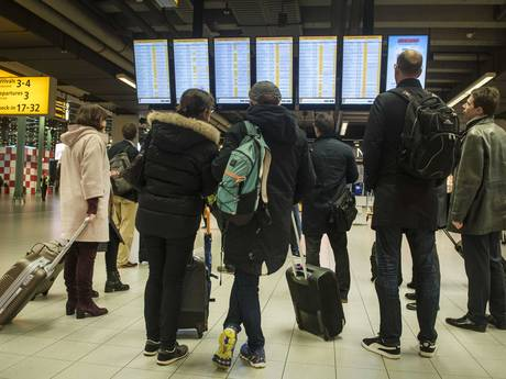 Gestrande reizigers Schiphol in hotels en op veldbedden de nacht in