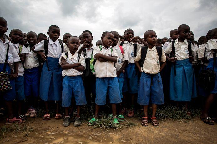 Congolese schoolkinderen luisteren naar een les waarin wordt uitgelegd hoe een ongeëxplodeerd explosief eruit ziet nadat een granaat werd gevonden op een schoolterrein.