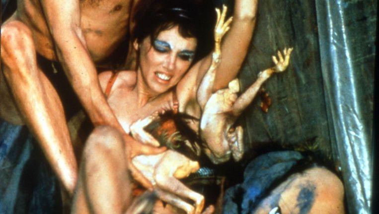 Beeld uit de performance Meat Joy (1964), waarin vier stellen elkaar te lijf gaan met verf, dode kippen en vissen. Beeld