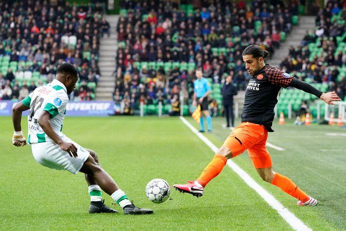 Ricardo Rodríguez (recht) in duel met Deyovaisio Zeefuik van FC Groningen.