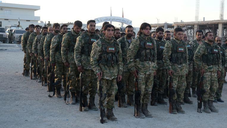 Soldaten van het Syrische leger aan het front bij de grens met Turkije. Zij ondersteunen de Turkse troepen bij het offensief tegen de Koerden in noordoost Syrië. Beeld EPA