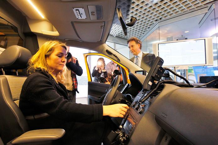 Minister Schultz van Haegen in een van de 'slimme' auto's op de Automotive Campus in Helmond.