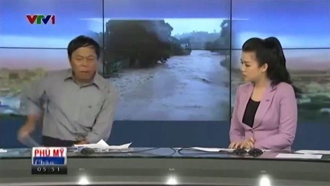 VIRAL3: Nieuwslezer krijgt telefoontje tijdens uitzending (maar lost dat niet echt discreet op)