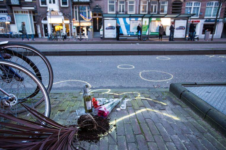 De plek waar de fietser werd geschept door taxi. Het is bij halte J P Heijenstraat aan de Overtoom. Beeld Maarten Brante