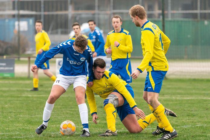 Derbyvoetbal begin dit jaar de Betuwe: EMM-Elistha. Vlnr: Jurre Cluitmans van Elistha, Niek Fransen en Jeroen Degen van EMM.